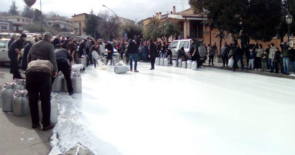 Sardegna, pastori in piazza per prezzo del latte: blocchi stradali, assalto a caseificio e il Cagliari Calcio si unisce alla protesta